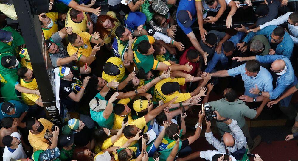 O presidente brasileiro Jair Bolsonaro saúda seus apoiadores enquanto eles se reúnem para apoiar o líder da extrema direita em sua disputa com o Supremo Tribunal Federal, em São Paulo, Brasil, 7 de setembro de 2021