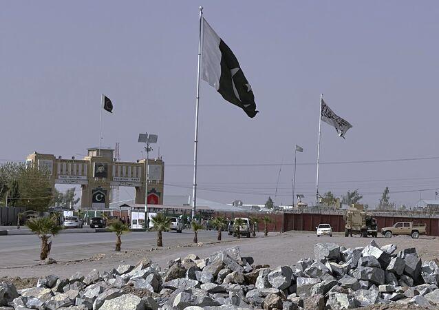 Bandeiras do Paquistão e do movimento do Talibã
