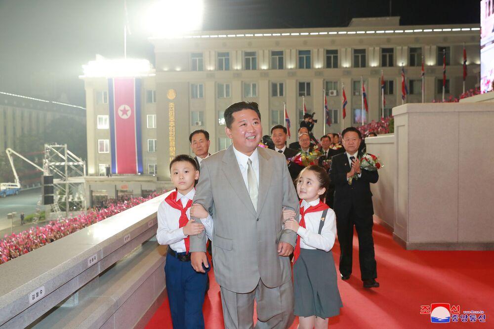 Líder norte-coreano Kim Jong-un rodeado por crianças na parada comemorativa do 73º aniversário da fundação da Coreia do Norte, 9 de setembro de 2021