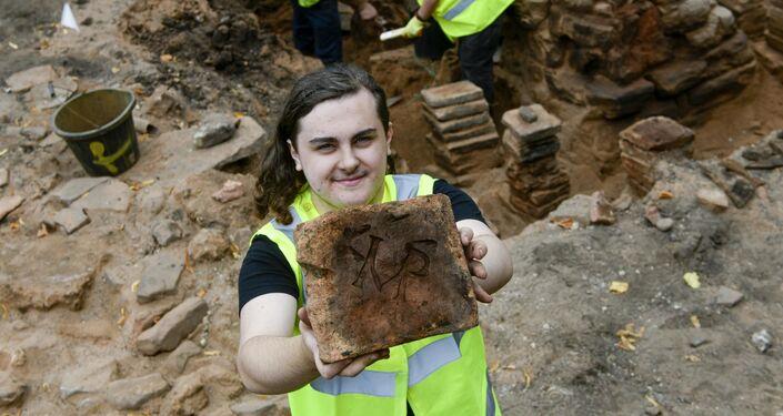 Artefato achado durante as escavações arqueológicas no local dos banhos romanos em Carlisle, Reino Unido