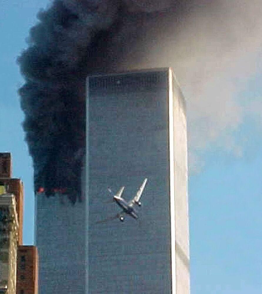 Momento de colisão de um avião sequestrado pelos terroristas com uma das torres do World Trade Center em Nova York, 11 de setembro de 2001