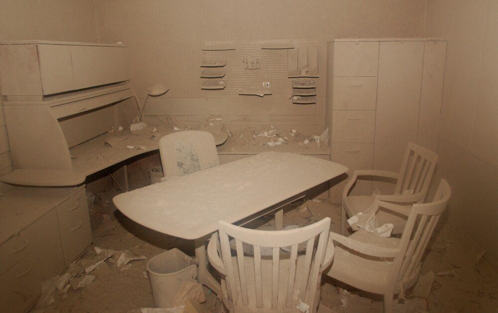 Cinza dentro de um escritório após o ataque terrorista no World Trade Center em Nova York