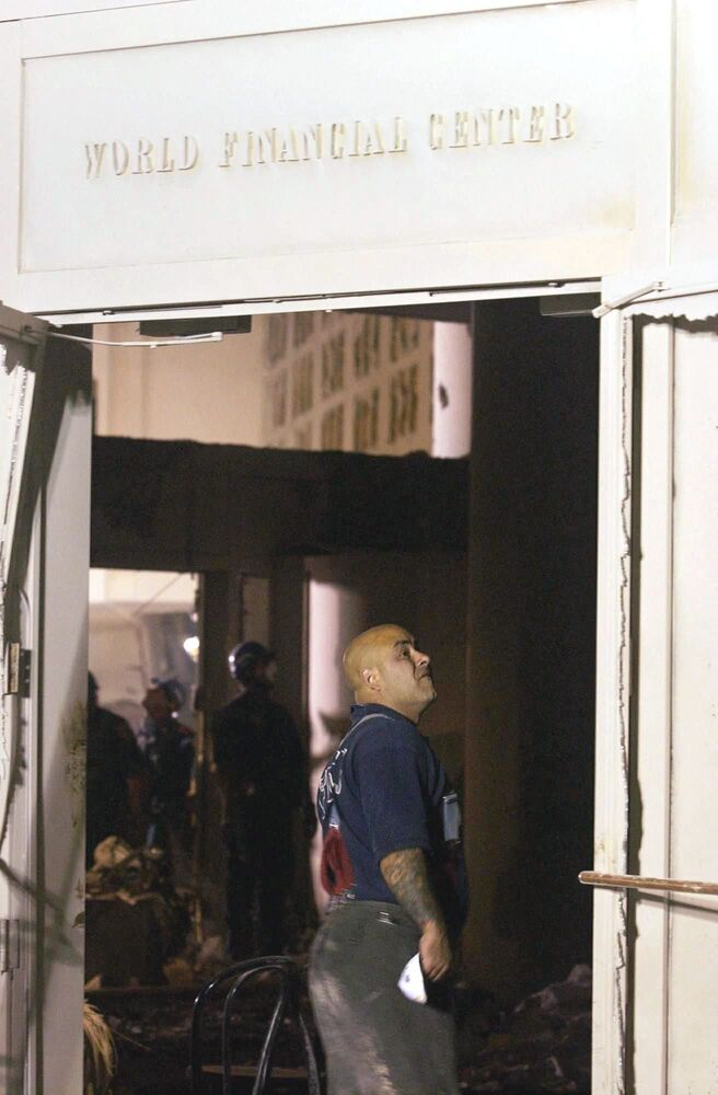 Bombeiro no lobby destruído do World Financial Center perto do World Trade Center, Nova York, 12 de setembro de 2001