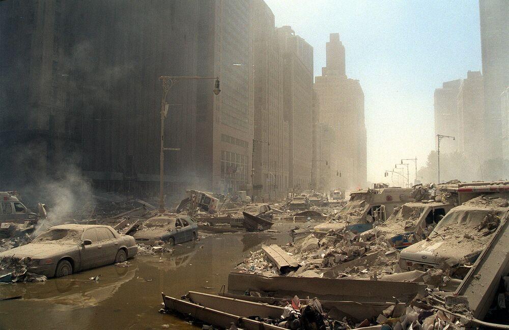 Escombros e cinzas nas ruas de Manhattan depois de dois aviões sequestrados terem colidido com o World Trade Center, 11 de setembro de 2001