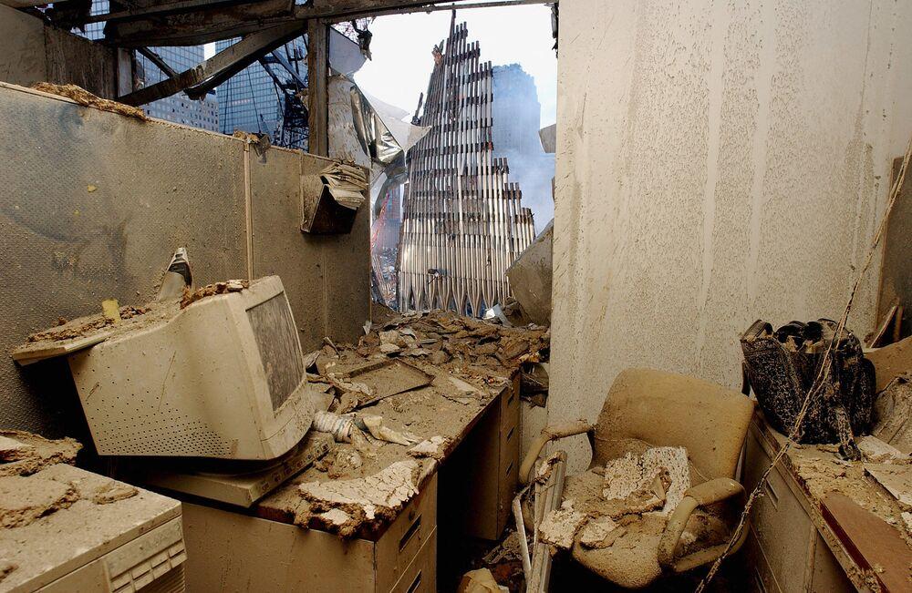 Escritório destruído e vista da Torre Gêmea desmoronada após os ataques terroristas em Nova York