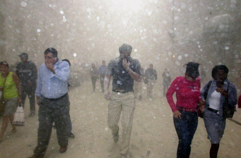 Pessoas correm das Torres Gêmeas do World Trade Center que colapsaram em Nova York, 11 de setembro de 2001