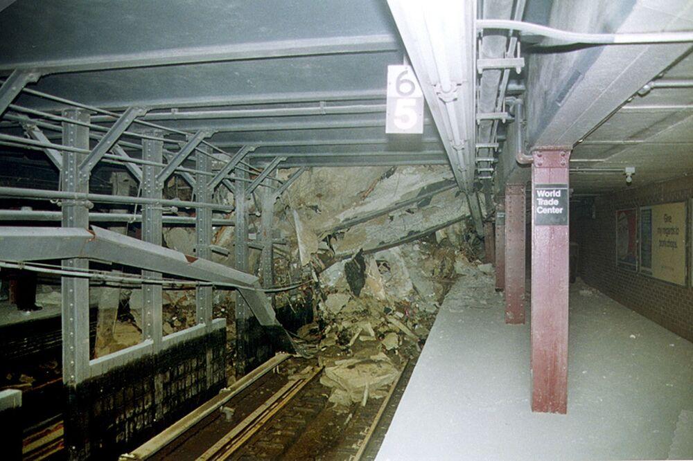 Túnel do metrô de Nova York sob escombros após os ataques terroristas contra o World Trade Center