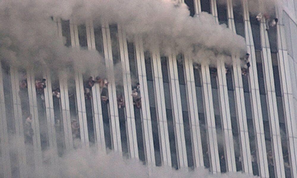 Pessoas se pendurando nas janelas quebradas da Torre Norte do World Trade Center após o ataque terrorista em Nova York na manhã de 11 de setembro de 2001