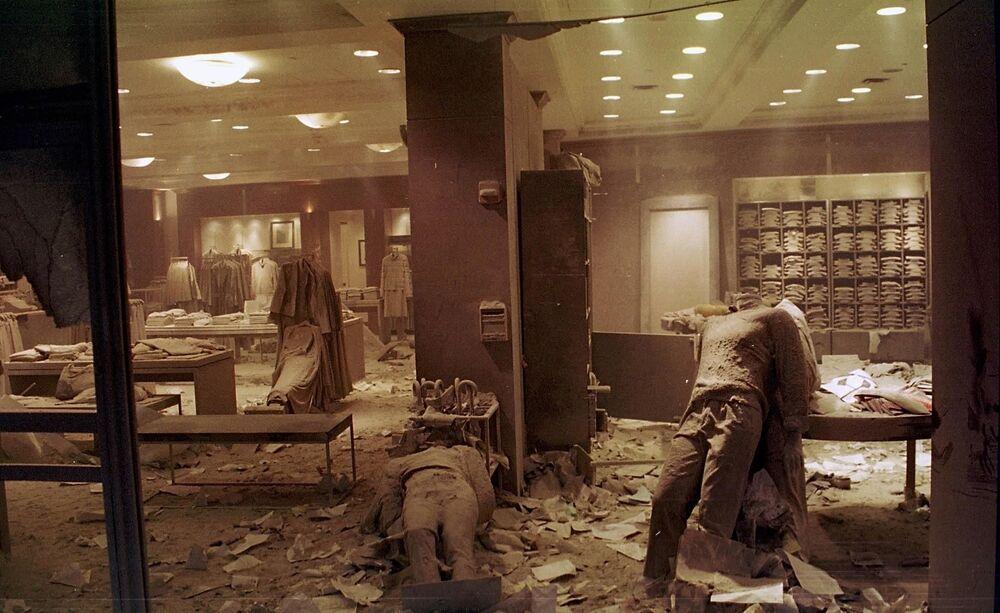 Manequins no chão de uma loja em Nova York perto do World Trade Center após o colapso das Torres Gêmeas, 11 de setembro de 2001
