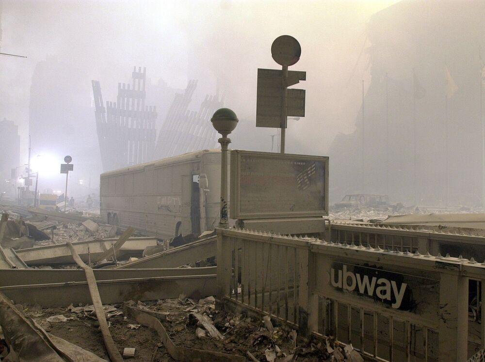 Entrada do metrô destruída e ônibus perto do World Trade Center após os ataques terroristas em Nova York, 11 de setembro de 2001