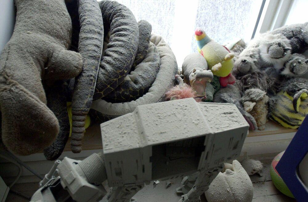Brinquedos cobertos pela cinza em um apartamento após os ataques terroristas em Nova York em 11 de setembro de 2001