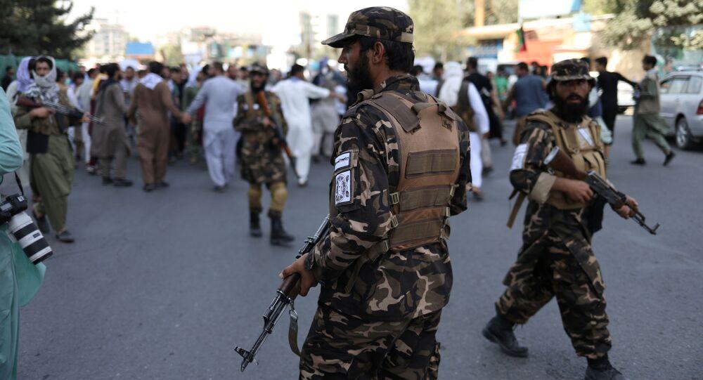 Combatentes talibãs durante protesto em Cabul, Afeganistão
