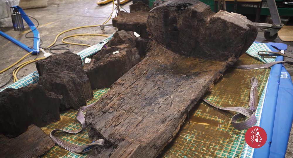 Um caixão de 4.000 anos com restos humanos e um machado perfeitamente preservado foram encontrados por acaso durante trabalhos em um campo de golfe em Lincolnshire