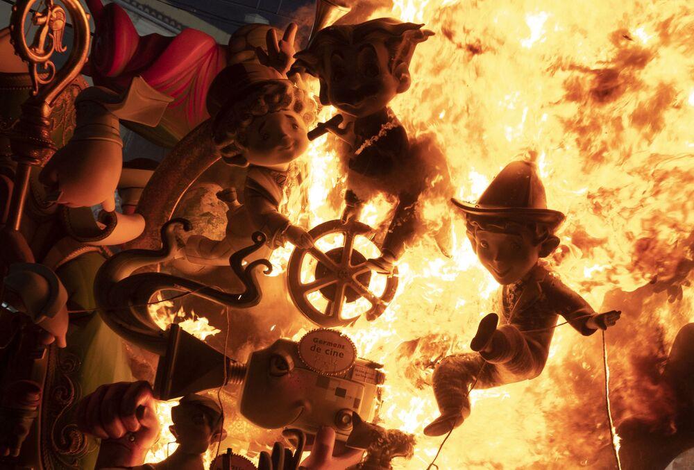 Ninots ardem em uma instalação do Festival La Fallas, o principal festival de bonecos gigantes de Valência, na Espanha, 5 de setembro de 2021