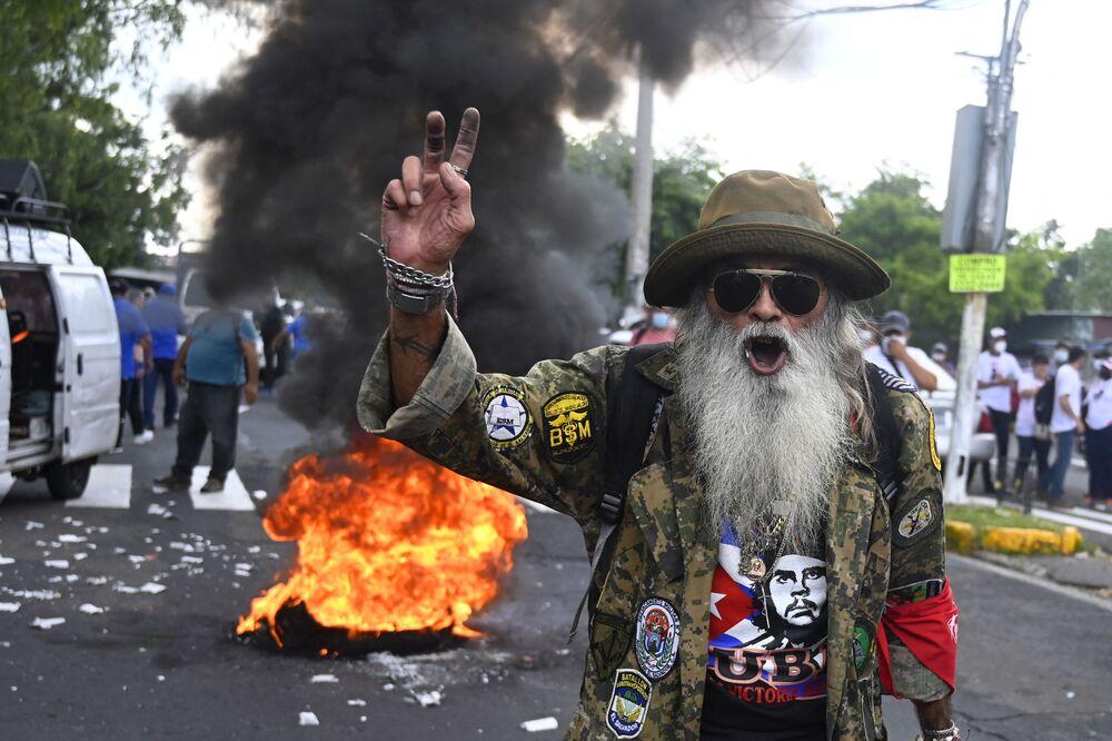 Homem protesta contra circulação de bitcoin em San Salvador, após El Salvador se tornar o primeiro país no mundo a aceitar bitcoin como moeda legal, 7 de setembro de 2021