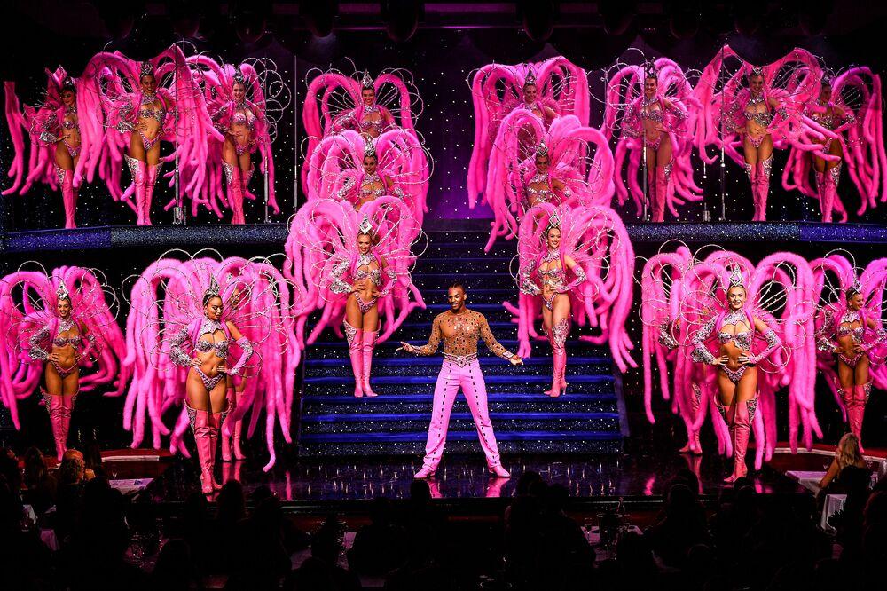 Dançarinos se apresentam em Moulin Rouge, em Paris, 8 de setembro de 2021, dois dias antes da reabertura do cabaret, depois de 18 meses fechado devido à COVID-19