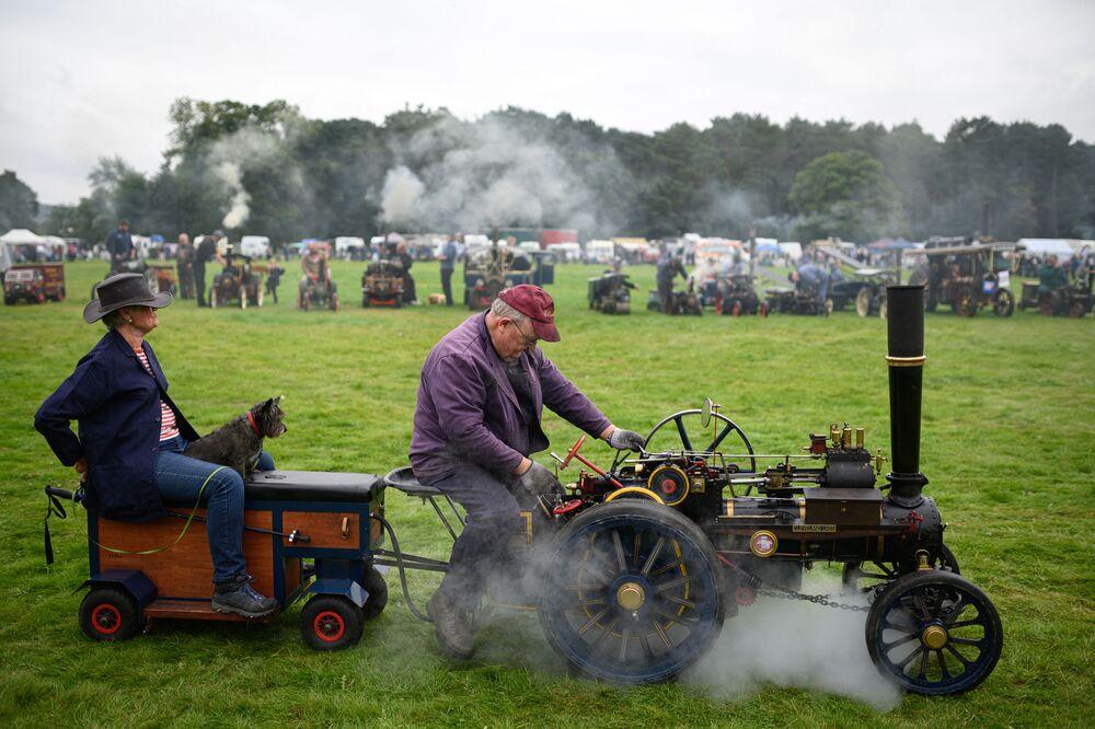 Homem conduz miniatura de veículo a vapor na principal arena de Yorkshire, no norte do Reino Unido, 4 de setembro de 2021. A exposição apresenta diversas máquinas com motores a vapor, além de veículos militares e clássicos