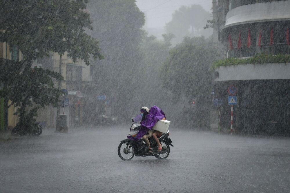 Motociclista é flagrado durante fortes chuvas em Hanoi, Vietnã, 8 de setembro de 2021