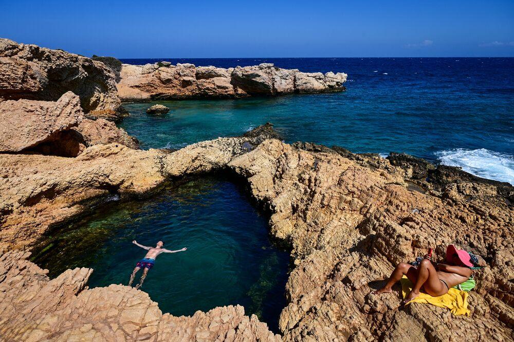 Pessoas curtem em pequena ilha do mar Egeu, 6 de setembro de 2021