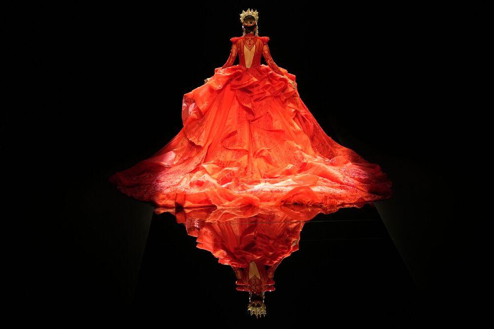 Modelo apresenta um vestido da coleção William Zhang, do estilista Hongwei Zhang, durante a Semana de Moda da China, 8 de setembro de 2021
