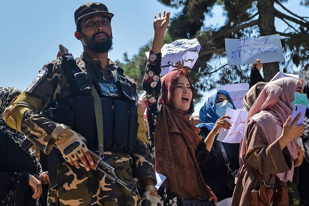 Mulheres afegãs protestam ao lado de um combatente do Talibã durante manifestação anti-Paquistão próximo da embaixada do Paquistão em Cabul, 7 de setembro de 2021