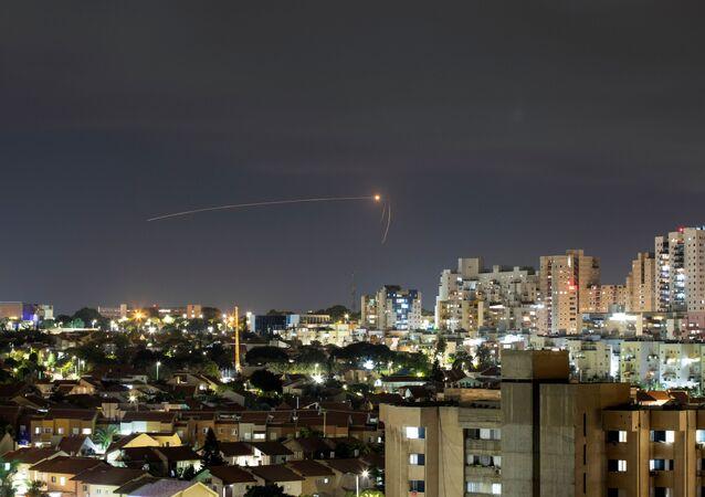 Sistema antimíssil Cúpula de Ferro de Israel intercepta foguete lançado desde a Faixa de Gaza em direção a Israel, visto de Ashkelon, Israel, 11 de setembro de 2021