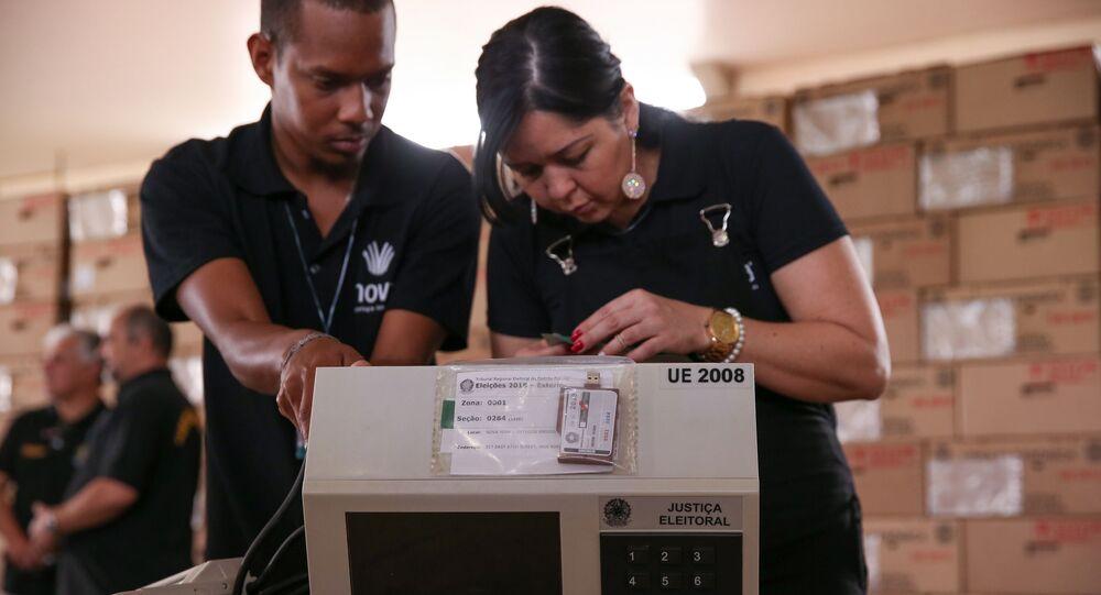 O TRE-DF (Tribunal Regional Eleitoral) realiza o teste e lacração das urnas eletrônicas (foto de arquivo)