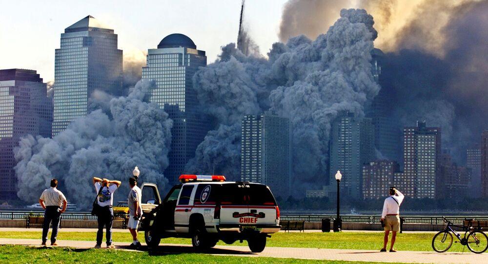 A Torre 2 do World Trade Center de Nova York cai e dissolve-se em nuvem de poeira e detritos após ataques terroristas, como visto da cidade de Jersey City, Nova Jersey, EUA, 11 de setembro de 2001