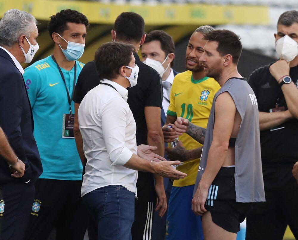 Lionel Messi e Neymar são vistos no gramado em São Paulo após interferência da Anvisa a fim de interromper o jogo pela alegada violação por jogadores argentinos das regras sanitárias do Brasil, 5 de setembro de 2021