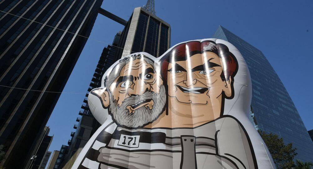 Boneco inflável de Jair Bolsonaro e Lula da Silva durante o protesto contra o presidente, São Paulo, 12 de setembro de 2021