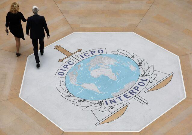 Pessoas caminham na Interpol, em Lyon, região central da França. Foto de arquivo