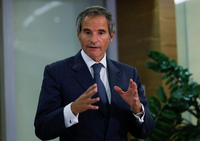 O chefe da vigilância atômica da ONU, Rafael Grossi, dá uma entrevista coletiva no aeroporto de Viena em Schwechat, Áustria, em 12 de setembro de 2021