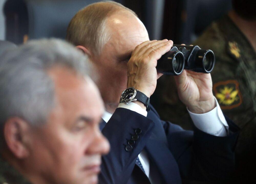 Vladimir Putin, presidente da Rússia, durante a etapa principal dos exercícios militares Zapad 2021, no polígono de Mulino, região de Nizhny Novgorod, Rússia