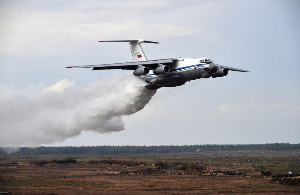 Avião de transporte militar pesado IL-76TD lança água durante a etapa principal dos exercícios militares Zapad 2021, no polígono de Mulino, região de Nizhny Novgorod, Rússia