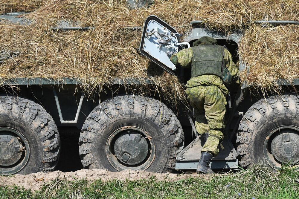 Militar junto a veículo blindado de transporte de pessoal BTR-82A durante os exercícios militares estratégicos Zapad 2021 realizados em conjunto pela Rússia e Belarus, no polígono de Pravdinsky, região de Kaliningrado, Rússia