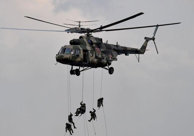 Militares desembarcam de helicóptero multifuncional Mi-8 durante a etapa principal dos exercícios militares Zapad 2021, no polígono de Mulino, região de Nizhny Novgorod, Rússia