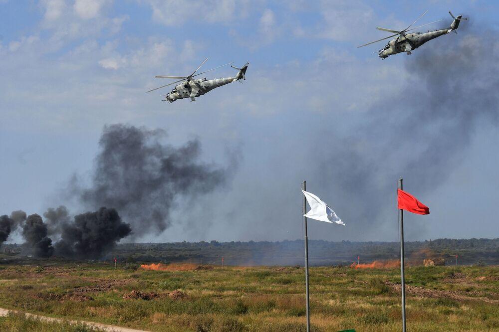 Helicópteros Mi-24 durante os exercícios militares estratégicos Zapad 2021 realizados em conjunto pela Rússia e Belarus, no polígono de Pravdinsky, região de Kaliningrado, Rússia