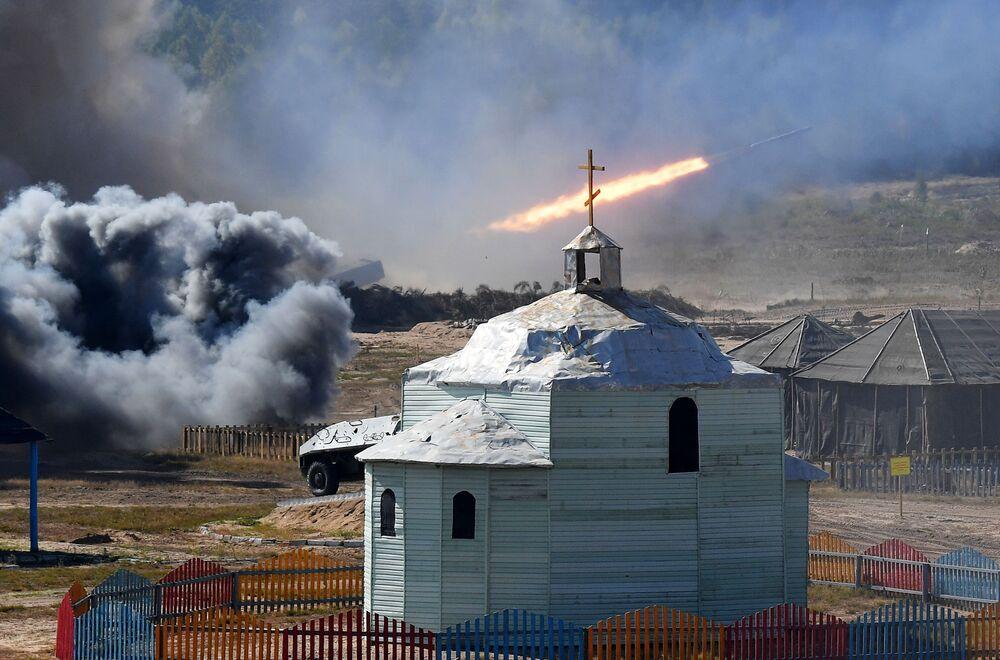 Lançador múltiplo de foguetes dispara durante os exercícios estratégicos Zapad 2021 realizados em conjunto pela Rússia e Belarus, no polígono de Obuz-Lesnovsky, perto de Baranovichi, Belarus