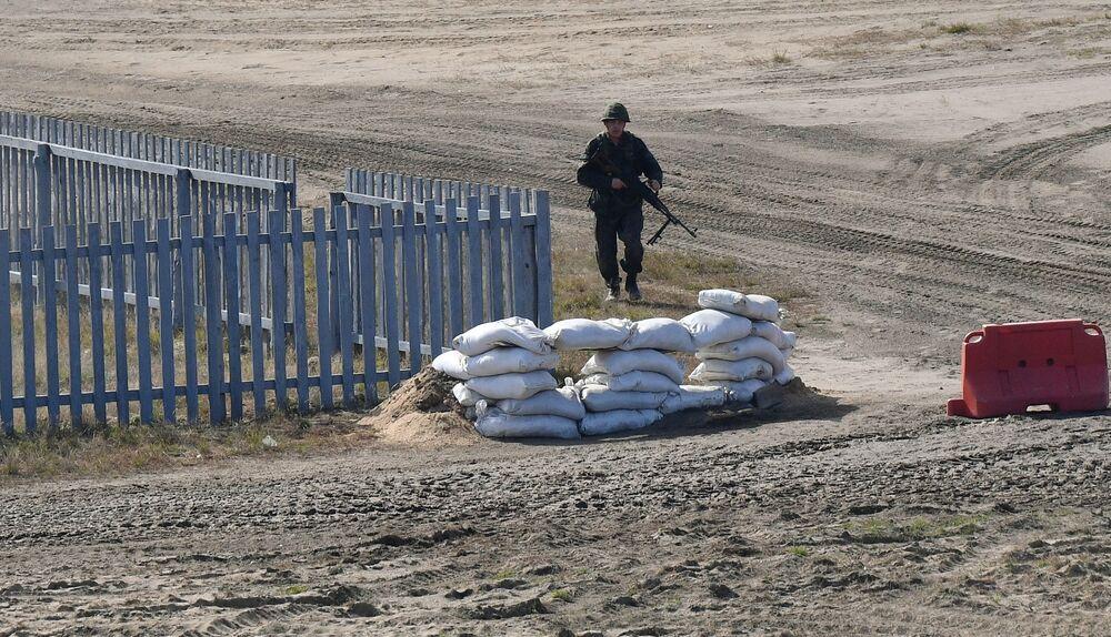 Militar durante os exercícios estratégicos Zapad 2021 realizados em conjunto pela Rússia e Belarus, no polígono de Obuz-Lesnovsky, perto de Baranovichi, Belarus