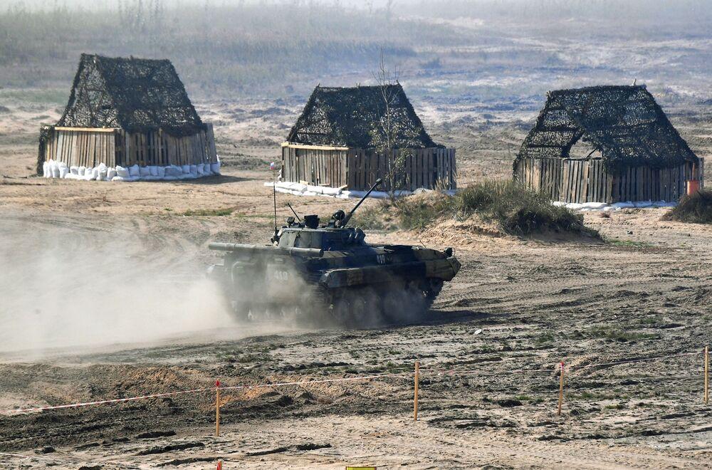 Blindado BMP-2 durante os exercícios militares estratégicos Zapad 2021 realizados em conjunto pela Rússia e Belarus, no polígono de Obuz-Lesnovsky, perto de Baranovichi, Belarus