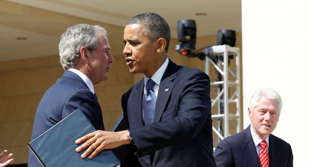 Ex-presidentes dos EUA Barack Obama e George W. Bush em uma cerimônia em Dallas, Estados Unidos, 25 de abril de 2013