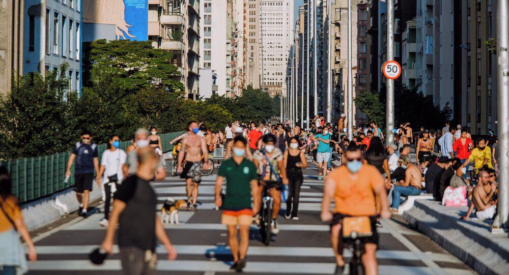 Movimento de pedestres na tarde invernal com clima de verão no Minhocão, em São Paulo