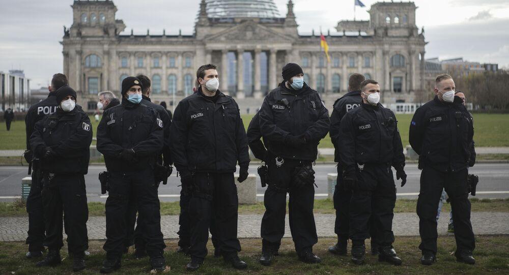Policiais guardam em frente ao parlamento alemão, o edifício do Reichstag, durante protestos contra uma lei para combater a pandemia de coronavírus em Berlim, Alemanha, 16 de abril de 2021