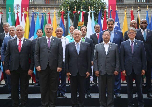 Presidente do México, Andrés Manuel López Obrador (C) posa com líderes e chefes de Estado durante a Cúpula da Comunidade dos Estados Latino-Americanos e Caribenhos (CELAC), no Palácio Nacional, Cidade do México, México, 18 de setembro de 2021