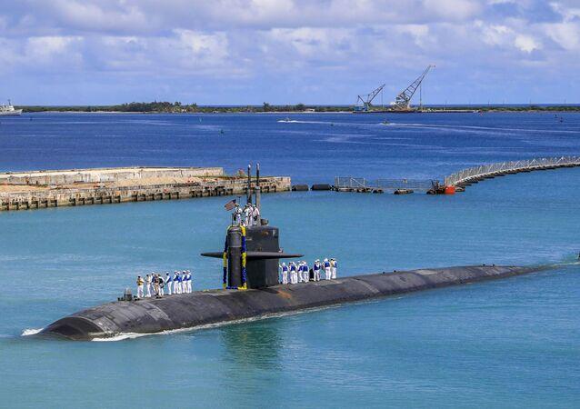 Submarino de ataque rápido USS Oklahoma City (SSN 723) da classe Los Angeles volta à base naval dos EUA em Guam, 19 de agosto de 2021