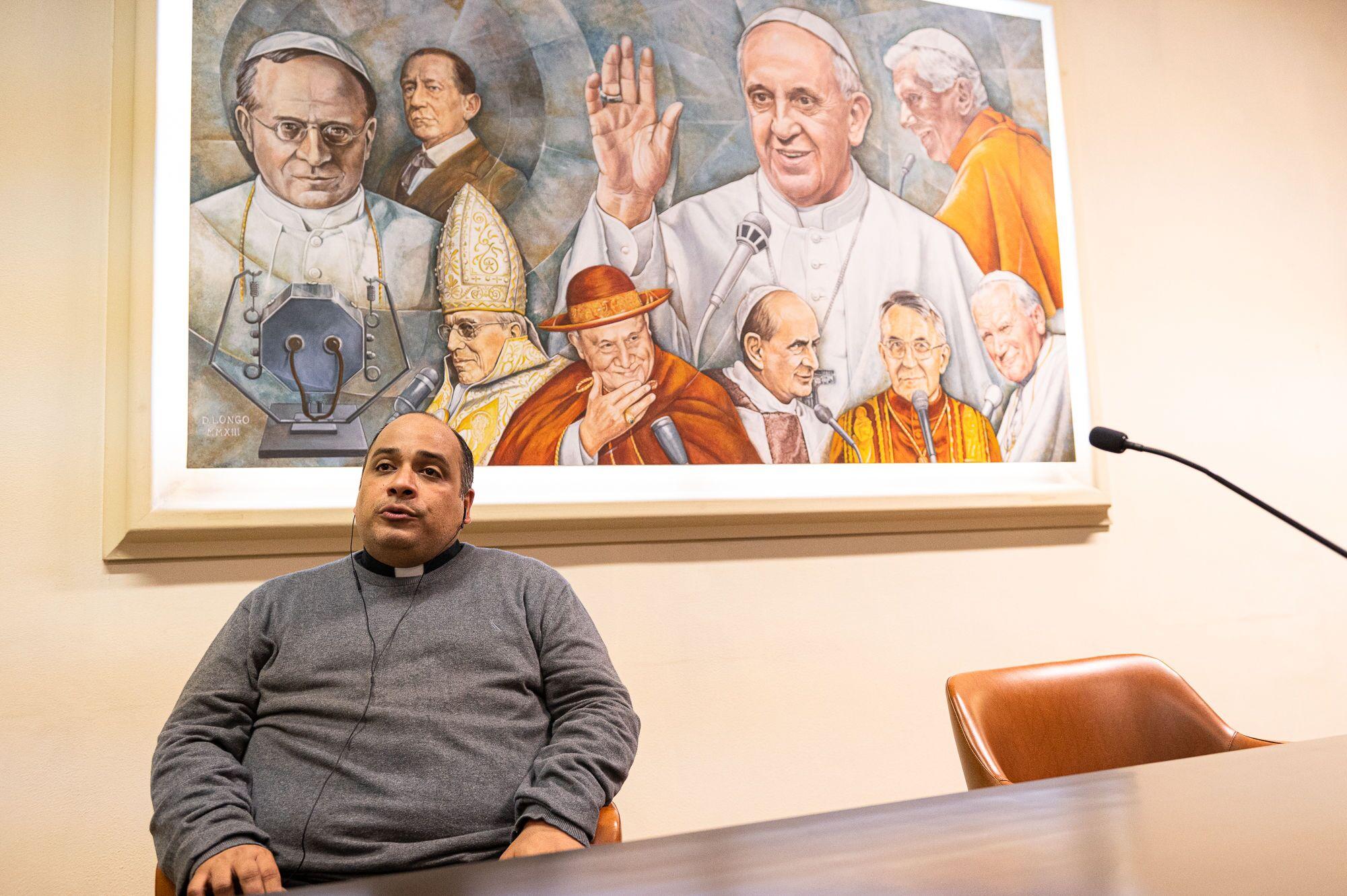 O sacerdote carioca durante entrevista à Sputnik Brasil, no auditório da Rádio Vaticano