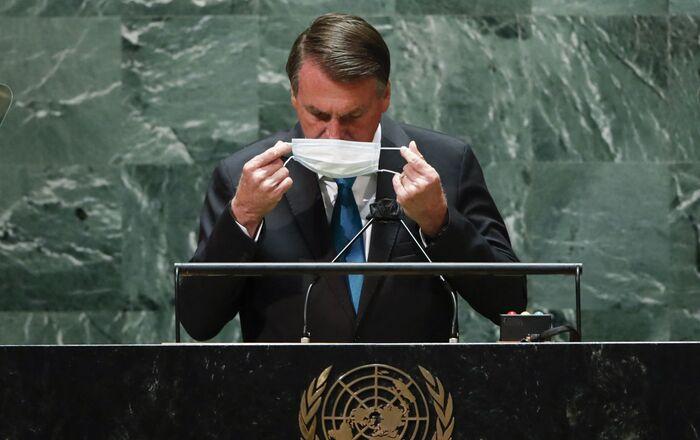Presidente do Brasil, Jair Bolsonaro, volta a colocar máscara após falar na 76ª Assembleia Geral da ONU em 21 de setembro de 2021, em Nova York, EUA