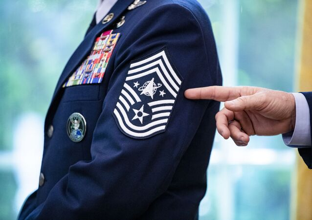 Chefe de operações espaciais da Força Espacial, general John W. Jay Raymond revela insígnias para seus postos alistados