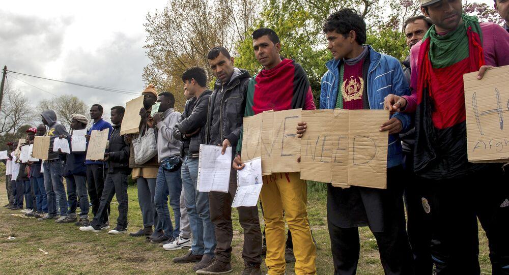Imigrantes em um abrigo para estrangeiros ilegais em Pas-de-Calais