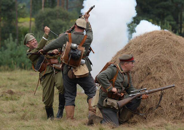 Atores reconstruindo na Bielorrússia acontecimentos da Primeira Guerra Mundial
